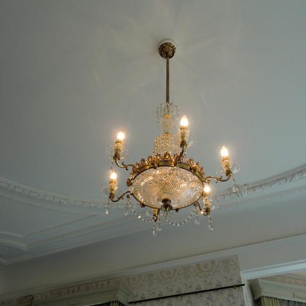 披露宴会場天井のおしゃれなシャンデリア