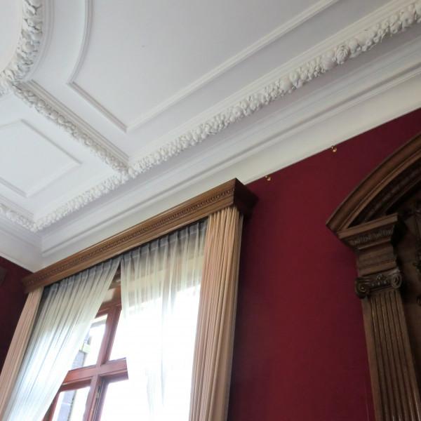 披露宴会場のおしゃれな天井と窓