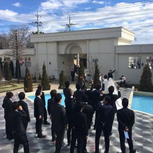 挙式後、屋外で友人達と写真撮影の一コマ。青空が映えます。|455924さんのローザフェリーチェの写真(417692)