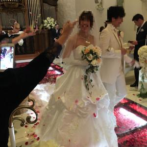 ドレス、タキシード。雨の為フラワーシャワーを挙式会場で。|461493さんのROSA FELICEの写真(513500)