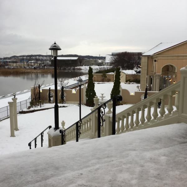 式場正面から出ると長い階段と運河