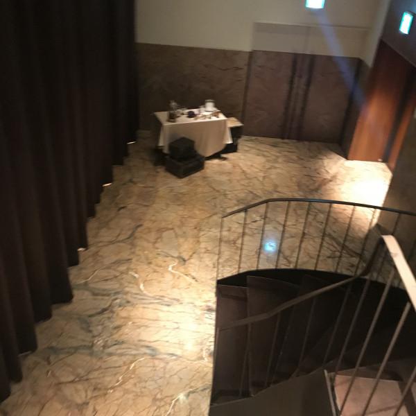 披露宴会場に登場する前の螺旋階段