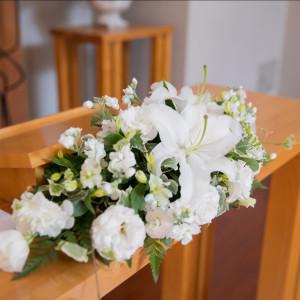 チャペル内のメインテーブルの装花|471081さんのホテルハーヴェスト旧軽井沢の写真(567166)