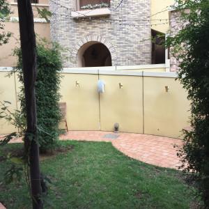 披露宴会場を、でたところのガーデン。自由に使える。|472609さんのヴィラ・デ・マリアージュさいたまの写真(470625)