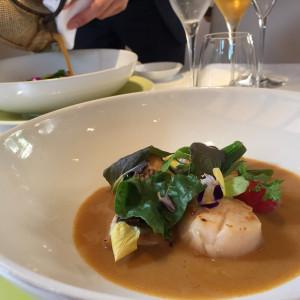 お魚料理にあとから温かいブイヨンスープを注いでもらえます|472609さんのヴィラ・デ・マリアージュさいたまの写真(468932)