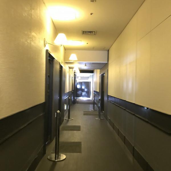 ブライズルームや受付と披露宴会場を結ぶ通路