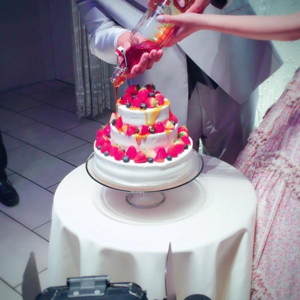 ケーキ入刀はせずカラードリップという方法を行いました。