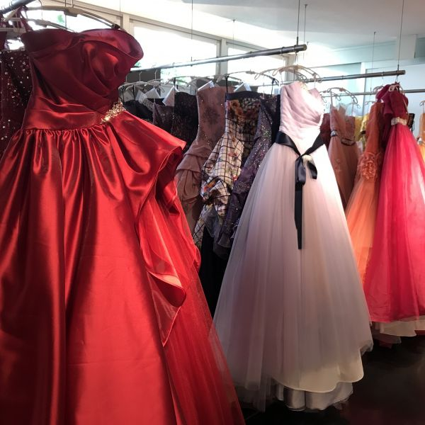 暖色系ドレス 色のはっきりしたものが多い印象