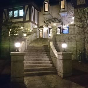 会場外観です。冬の18時だったので暗いです。|478609さんの森の邸宅彩音の写真(659267)