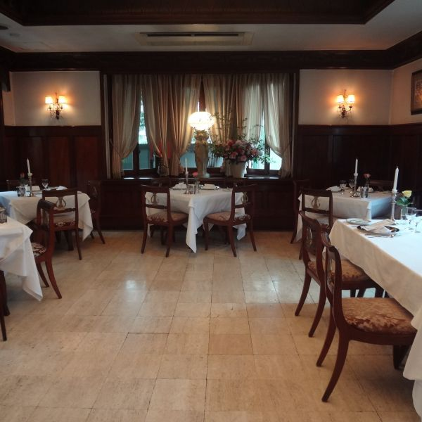 レストランの配置ですが、披露宴会場。正面が高砂になります。