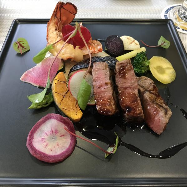 メインのお肉とオマールエビを試食用にワンプレートに。