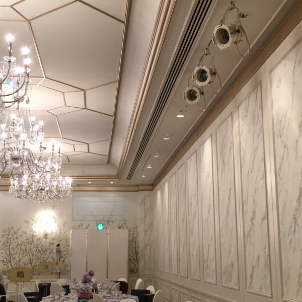 披露宴会場、白を基調としています