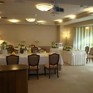披露宴会場です。長テーブル2列の配列です。|487012さんのホテル軽井沢エレガンス 「森のチャペル軽井沢礼拝堂」の写真(550418)
