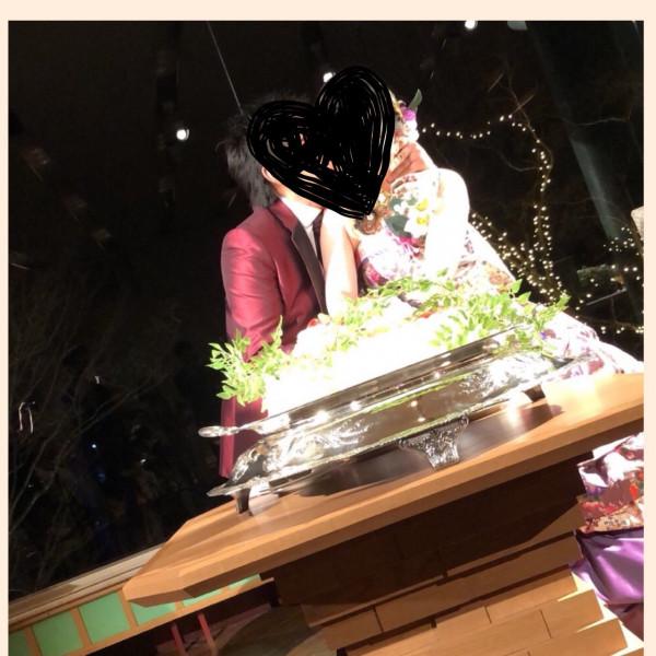ケーキ入刀、披露宴会場は窓からイルミネーションが見える