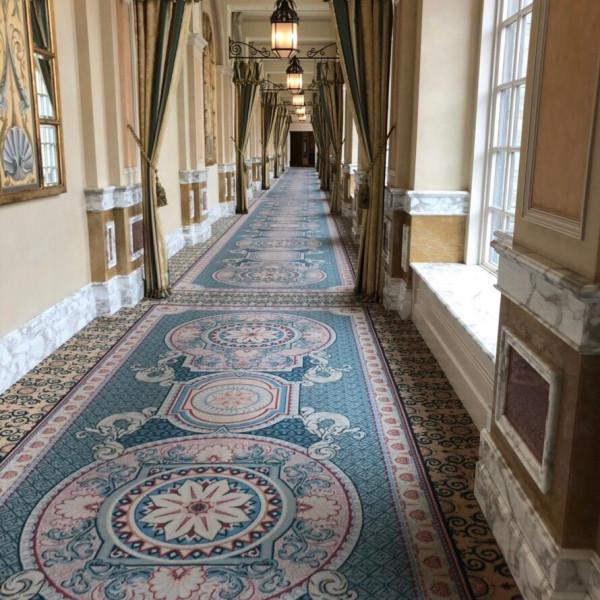 当日は写真を撮る場所にもなる、披露宴まで続く長廊下。