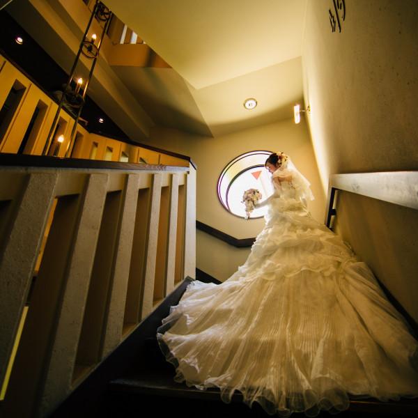 チャペル横の階段で撮影