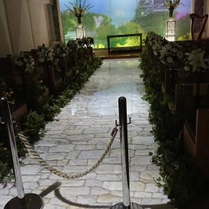 熊本城と石畳のバージンロード。背景に鳩が飛ぶ。|494917さんのKKRホテル熊本の写真(619988)