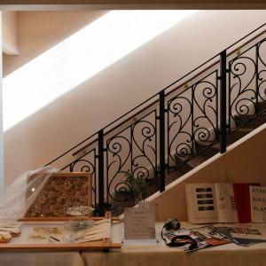 二階へあがる階段脇に2人のアトリエを表現しました|495442さんのモルトン迎賓館 八戸の写真(692885)