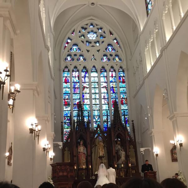 高い天井に大きなステンドグラス、素敵なパイプオルガン
