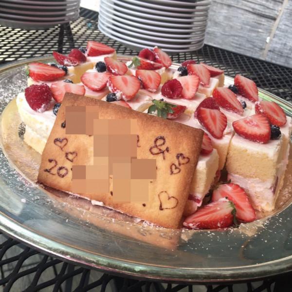 デザートビュッフェにウェディングケーキも出してくれます。