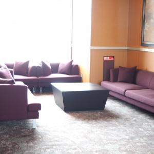 披露宴会場の入り口付近にソファがあります。|501075さんのANAクラウンプラザホテル岡山の写真(621351)