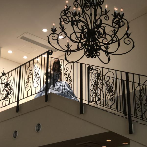 階段上から登場