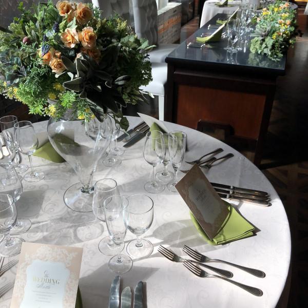 会場のテーブルレイアウト一例です。ナチュラル風で素敵。