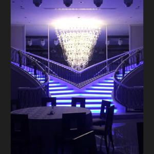 階段が2つある会場では光の演出が豪華|512005さんのホテルベルクラシック東京の写真(675396)
