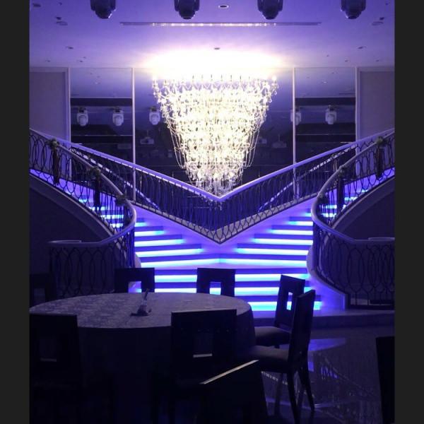 階段が2つある会場では光の演出が豪華