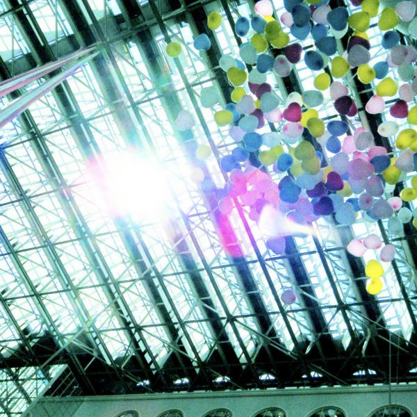 挙式終わりに、天井から風船が落ちてきました。