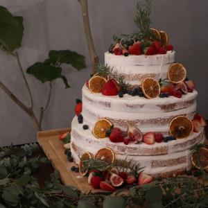 ベリーやオレンジスライス、グリーンを添えたシンプルなケーキ|517938さんのNEST by THE SEAの写真(694497)