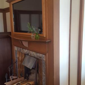 暖炉の上にモニターがあります。ここで映像を流します。 519664さんの古我邸の写真(711256)