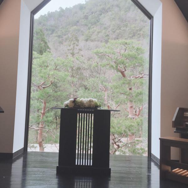 大きな窓があって自然光がはいります