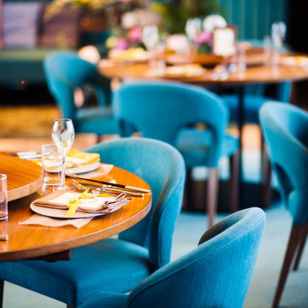 ブルーの椅子が可愛くてスタイリッシュ