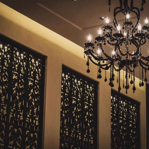 シャンデリアはこんな感じで、天井は高めです