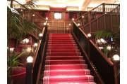 入ると目の前に大階段!