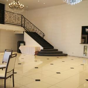 新郎新婦が階段から降りて再入場も可能なので、ロマンチックです 524271さんのザ・ライヴラリーの写真(726083)