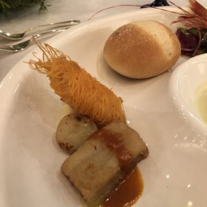 白身魚にパリパリのじゃがいもが巻いてあります。柔らかいパン 524336さんのMAXI MANIS(マキシマニス)の写真(728213)