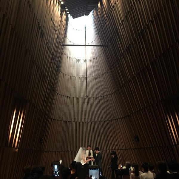 天井が高くシンプルな部屋、ドレスが映えます
