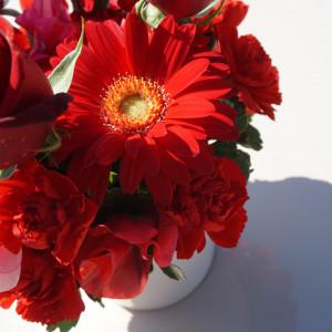 卓上装花は陶器の入れ物こどいただきました。|524919さんのウェディングチャペル アンジェラの写真(729274)