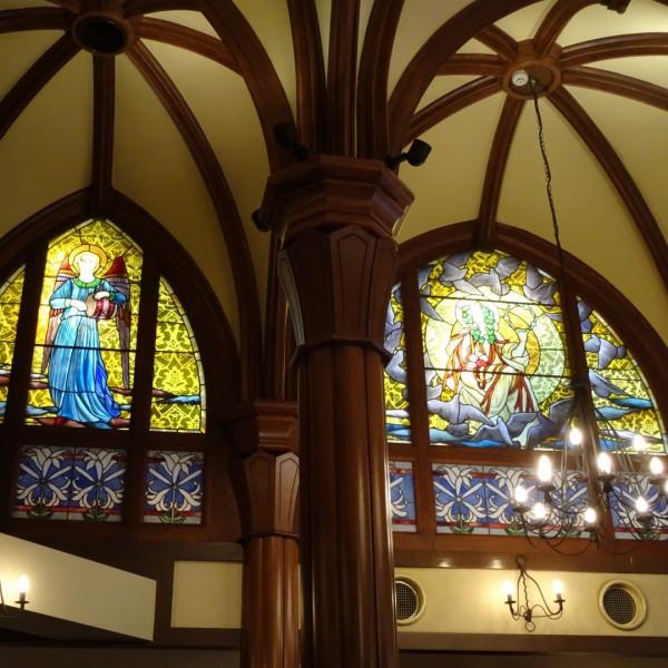 挙式会場はステンドグラスが綺麗