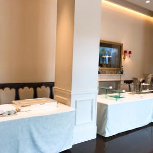ウェルカムガーデンパーティーをする場所のお料理を置く場所 530395さんのアニヴェルセル 江坂の写真(764520)