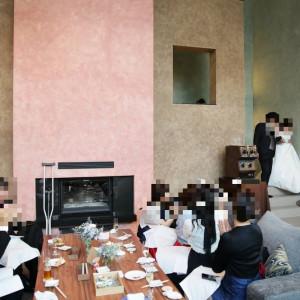 新郎新婦は2階から階段を下りてきて登場します|531803さんの星野リゾート 軽井沢ホテルブレストンコートの写真(778617)