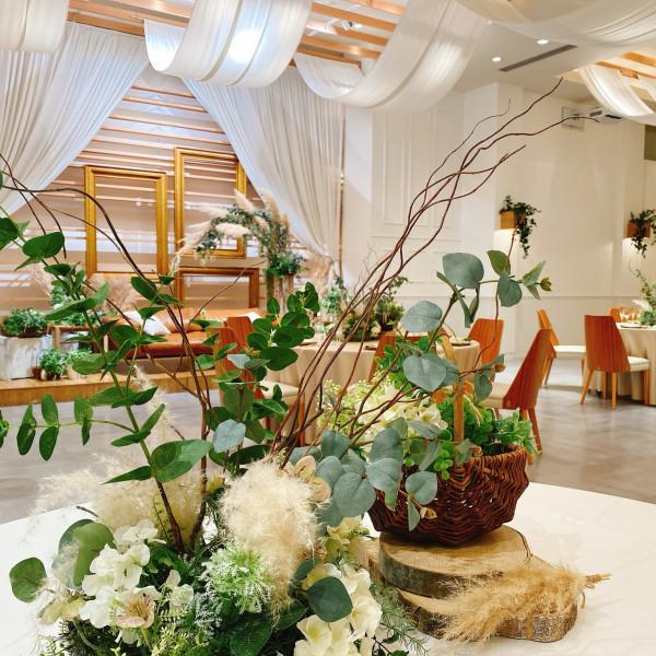装花はナチュラルなグリーンとホワイトを基調にしていました