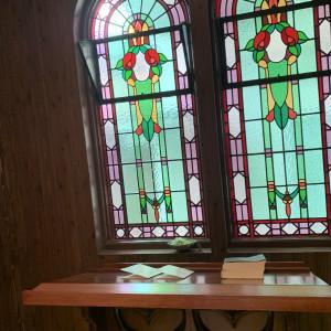 ステンドグラスです。(午後) 午前中は光がさすようです。|558115さんのLA TABLE Aoyama(ラ ターブル アオヤマ)の写真(982193)