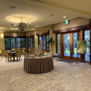 緑が見える待合室。 561859さんのホテル軽井沢エレガンス 「森のチャペル軽井沢礼拝堂」の写真(1021882)