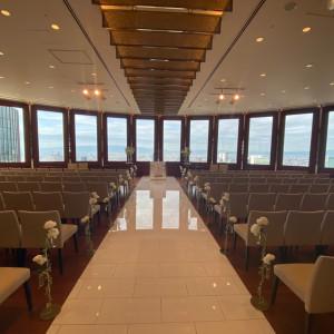 窓の広い挙式会場|573621さんのラ・フェット ひらまつ (ひらまつウエディング)の写真(1120654)