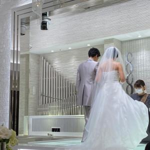 挙式入場後。階段があるためドレスがとても綺麗に見えます。 575147さんのアルカンシエル横浜 luxemariage アルカンシエルグループの写真(1217864)
