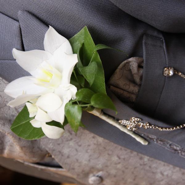 新郎のブートニア。ブーケのお花とお揃い。
